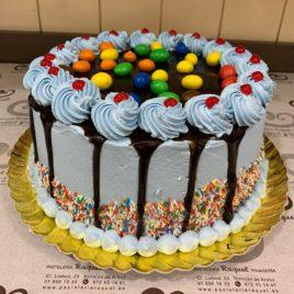 Drip cake con M&M's