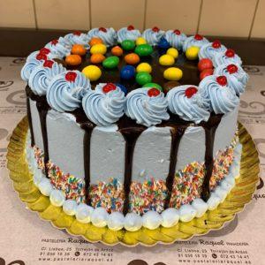Tarta drip cake con m&m's